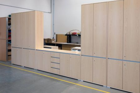 palmberg-produktion-sonderbau-bueroschrank-select-furnier-ahorn.jpg